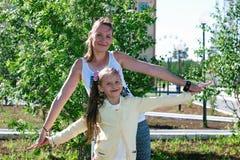 Flicka som spelar med mamman royaltyfria foton