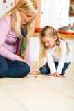 Flicka som spelar med träleksakspinnaren Arkivbilder