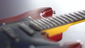 Flicka som spelar på en röd elektrisk gitarr stock video