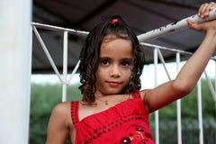 Flicka som spelar på trappan Royaltyfri Foto
