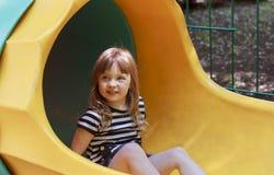 Flicka som spelar p? lekplatsen royaltyfria foton