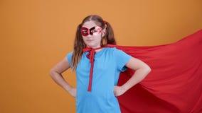 Flicka som spelar rollen av en superhero från filmen stock video