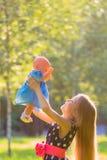 Flicka som spelar som moder och dotter Fotografering för Bildbyråer