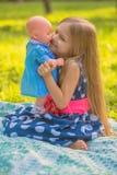 Flicka som spelar som moder och dotter Royaltyfri Bild