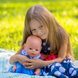 Flicka som spelar som moder och dotter Royaltyfria Foton