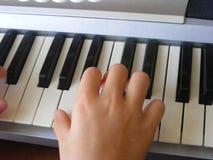 Flicka som spelar syntet, kurs av musik arkivbilder