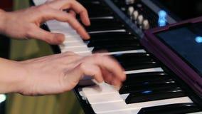 Flicka som spelar tangentbordinstrument lager videofilmer