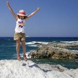 Flicka som spelar vid havet Fotografering för Bildbyråer