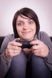 Flicka som spelar videospel Arkivfoto