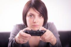 Flicka som spelar videospel Royaltyfria Bilder