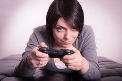 Flicka som spelar videospel Fotografering för Bildbyråer