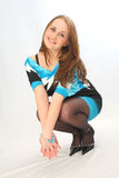 Flicka som squatting i studio Royaltyfria Foton