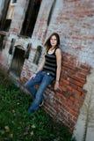 flicka som ställer in tonårs- stads- arkivfoton