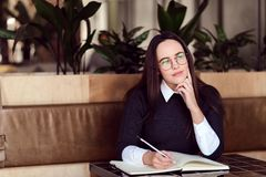 Flicka som studerar på kafét royaltyfri fotografi