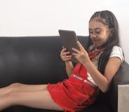 Flicka som studerar på möblemang arkivbild