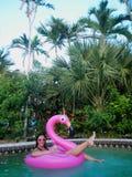 Flicka som svävar i flamingo Royaltyfri Foto