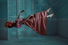 Flicka som svävar i rummet royaltyfri fotografi