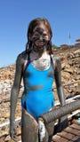 Flicka som täckas i död-hav gyttja Arkivbild