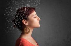 flicka som tänker med abstrakta symboler på hennes huvud royaltyfria foton