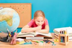 Flicka som tänker om hennes läxa Arkivfoton