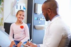 Flicka som talar för att manipulera In Hospital Room arkivbilder