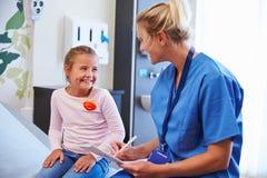 Flicka som talar för att vårda In Hospital Room royaltyfri fotografi