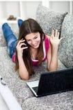 Flicka som talar om nyheterna från det sociala nätverket Arkivbild