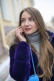 Flicka som talar på ringa Arkivfoto