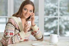 Flicka som talar på smartphonen Arkivfoto