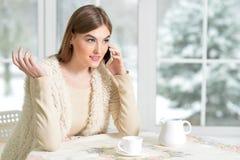 Flicka som talar på smartphonen Fotografering för Bildbyråer
