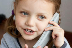 Flicka som talar på telefonen Arkivfoto