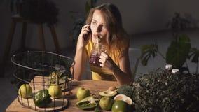 Flicka som talar på telefonen om näring lager videofilmer