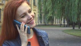 Flicka som talar på telefonen som tätt ler och skrattar upp royaltyfria bilder