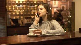 Flicka som talar på telefonen under kaffe Tid lager videofilmer