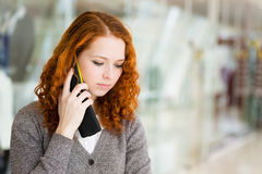 Flicka som talar vid telefonen. Arkivbild