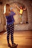 Flicka som tar bilden av kvinnlig höft-flygtur den utförande dansaren Arkivbild
