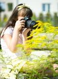 Flicka som tar bilden på naturligt, utomhus- Arkivbild