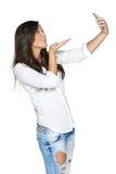 Flicka som tar bilder av henne till och med mobiltelefonen Fotografering för Bildbyråer