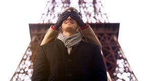 Flicka som tar den älskade pojkvännen vid överraskning på datumet som bakifrån stänger hans ögon arkivfoto