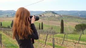 Flicka som tar en bild av det tuscanian landskapet arkivfilmer