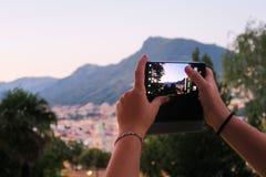 Flicka som tar en bild av horisonten av Lugano royaltyfri fotografi