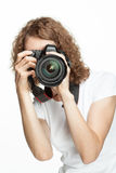 Flicka som tar en bild genom att använda den digitala kameran Arkivfoto