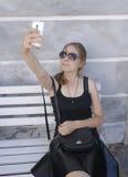 Flicka som tar en selfie Arkivfoton