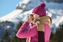 Flicka som tar ett foto Fotografering för Bildbyråer