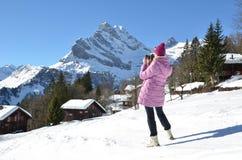 Flicka som tar ett foto arkivfoto