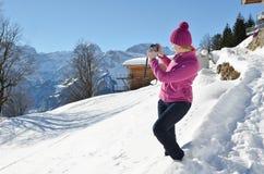 Flicka i de schweiziska alpsna Arkivbilder
