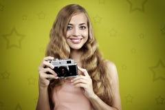 Flicka som tar fotoet med den retro kameran Royaltyfri Foto