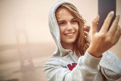 Flicka som tar selfie Arkivfoto