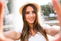 Flicka som tar selfiefotoet royaltyfria foton