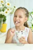 Flicka som äter den söta efterrätten med bär Arkivbilder